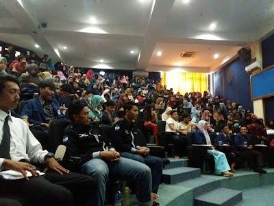 antusias mahasiswa memadati acara debat kandidat
