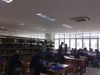kesibukan mahasiswa di perpustakaan utama..